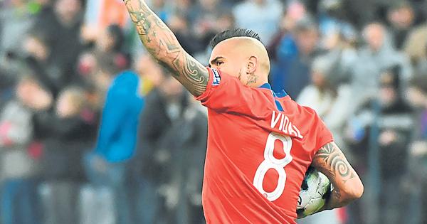 比达尔为智利扳回一城。(法新社)