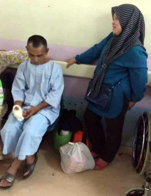 男子(左)在医院包扎右手伤口后心有余悸道出遭鳄鱼攻击经过。