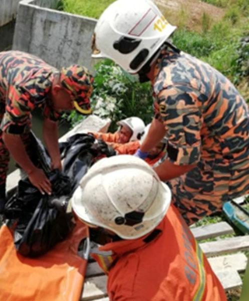消拯员处理遭火烧死的男子焦尸。