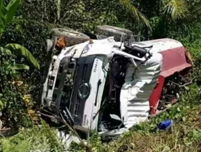 油槽车猛撞国产车尾部后冲下草坡翻覆男司机重伤。