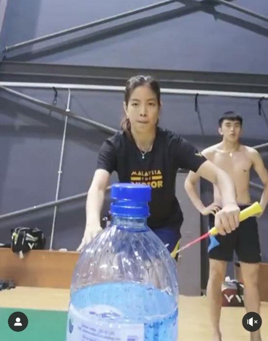 赖洁敏用自己方式完成瓶盖挑战,右为许邦荣。(图自赖洁敏instagram)