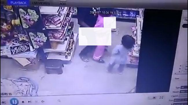 男子不断以下体磨蹭女童的臀部。