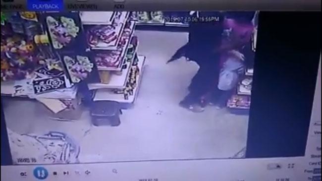 男子甚至将女童强压在货物架上。