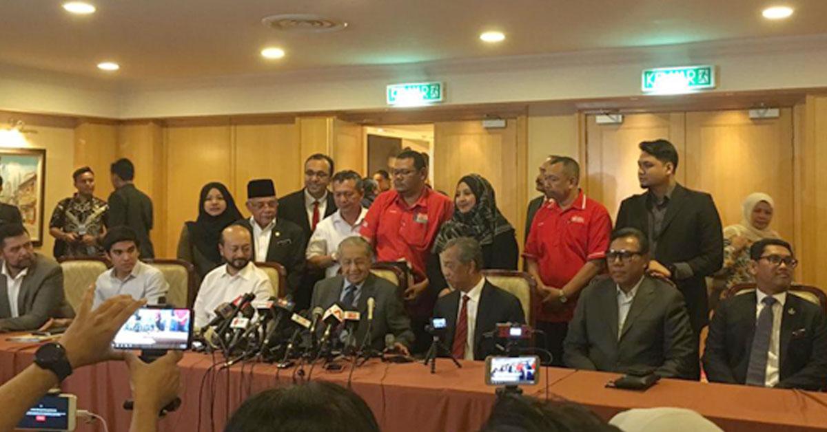 马哈迪(中)主持土团党最高理事会会议后,召开记者会,右3起为慕尤丁、慕克里兹和赛沙迪。