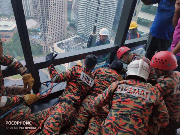 消拯员成功救下2名受困的本地男子。