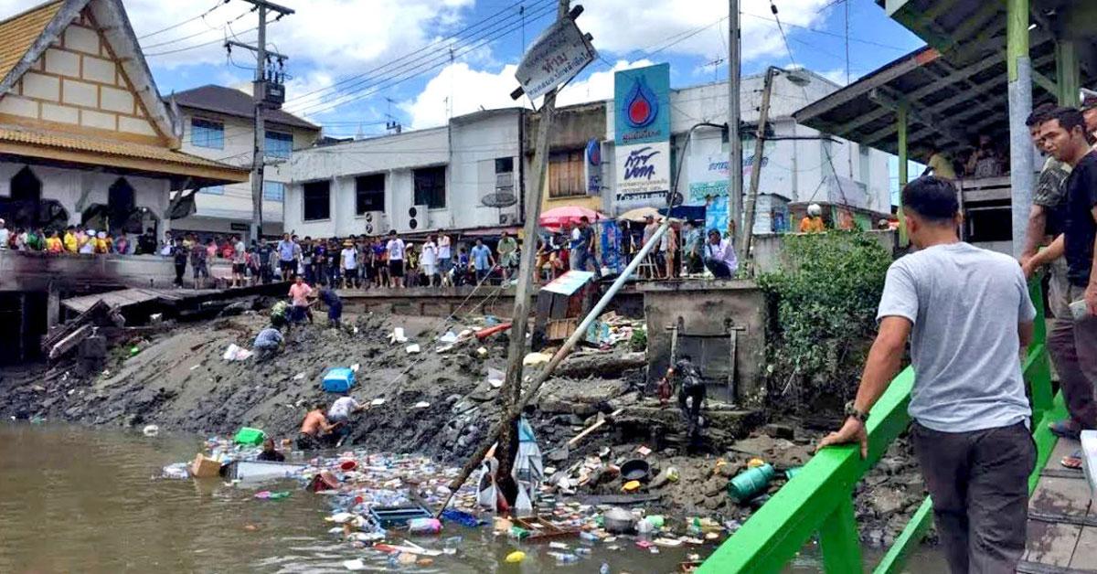 餐厅崩塌后,民众纷纷自救,从河中爬上岸。