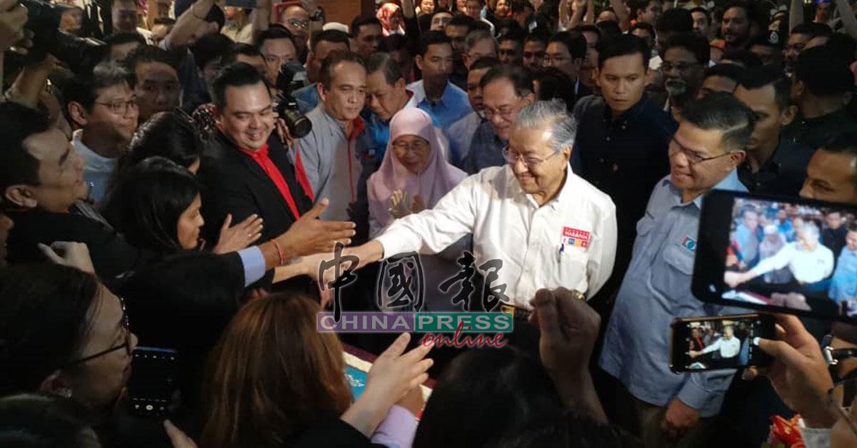 敦马哈迪亲切的和在场人士握手。