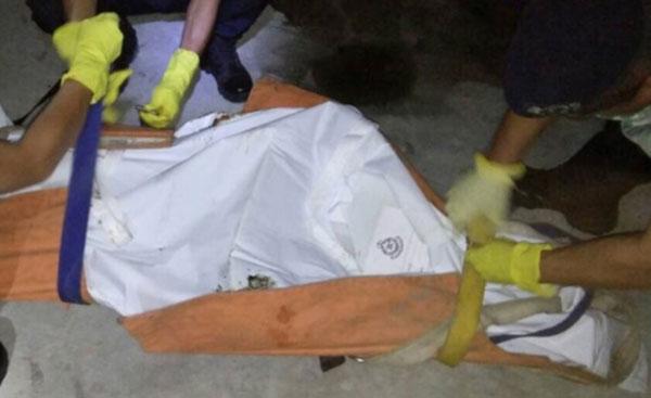 上吊华裔男子遗体由警员打包。