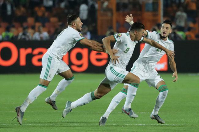 博内贾(中)带着侥幸成分的闪电进球,让阿尔及利亚笑到最后。(美联社)