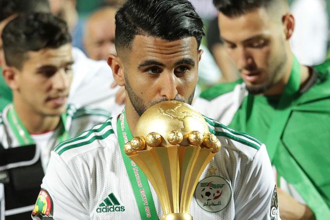 阿尔及利亚当家球星马赫雷斯亲吻冠军杯。(美联社)
