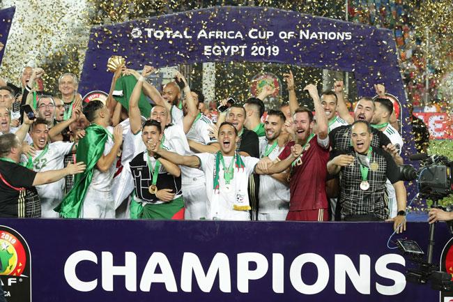 阿尔及利亚队员庆祝搔29年痒,加冕为非洲冠军。(美联社)