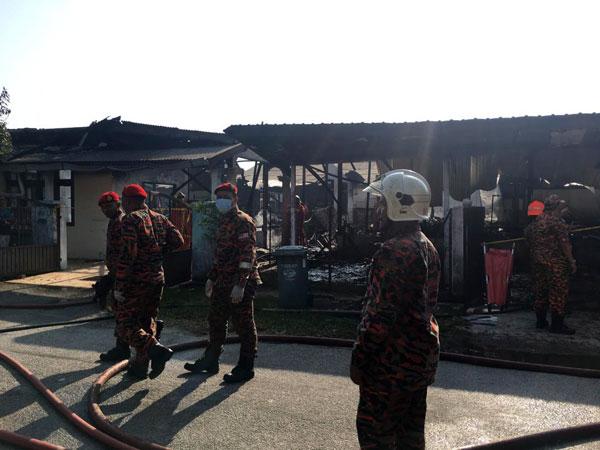 消拯员成功扑灭火势,其中两间失火住屋100%被烧毁。