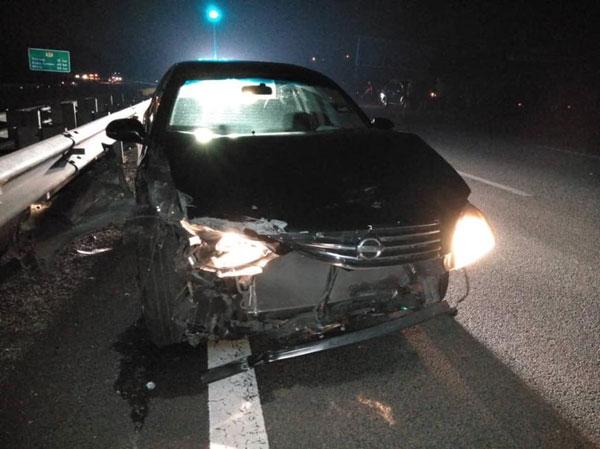 日产Sentra轿车因来不及闪避撞上肇祸摩哆,导致车前部毁损。