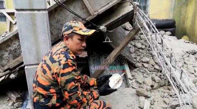 消拯员事后从废墟中找到孕妇死者当时吃剩的榴梿。