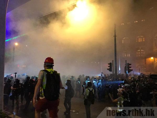 警方在上环一再发放催泪弹,企图驱散示威者。