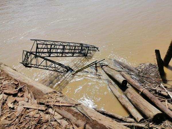 起重机坠河只能看到吊臂,而华裔驾驶员没顶失踪。