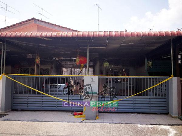 死者住在峇株巴辖班卒花园的排屋被火烧毁70%,隔壁住家也被火势波及。