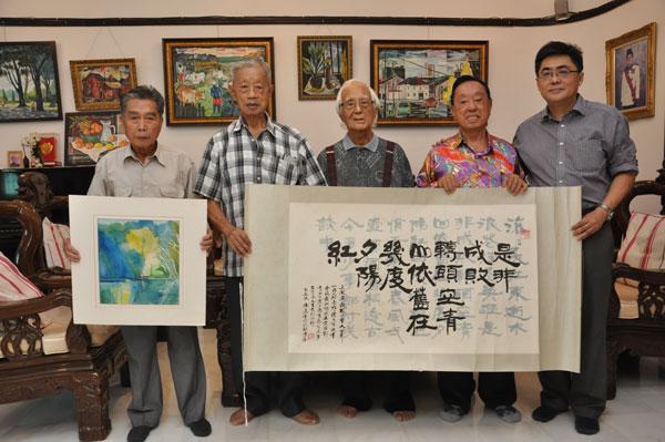 """谢文川(左起)、陆景华、李俊、陆景隆及林启发,邀请大家出席""""耄耋之美""""森州前辈艺术家联展。"""