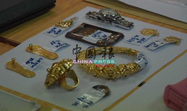 警方从嫌犯处充公大量贼赃,包括金饰、手机等。