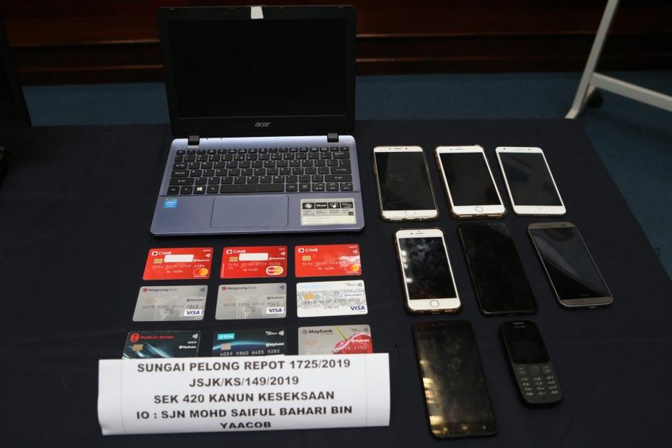 警方也充公了多架手机和信用卡。