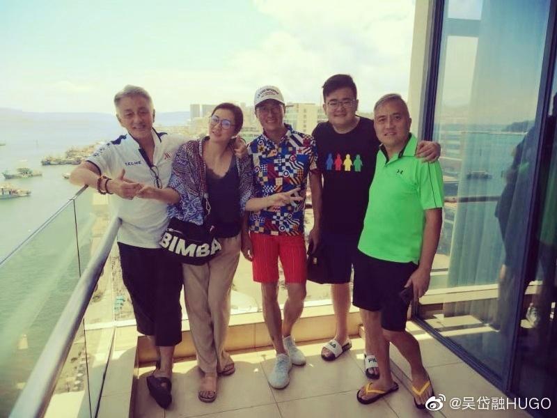 吴岱融(左起)和锺淑慧、林韦辰到沙巴旅行。