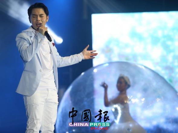 刘界辉以白马王子造型深情演唱《爱是永恒》。