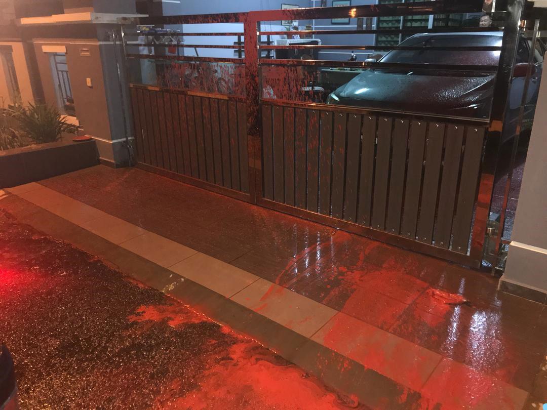 事主住家篱笆内外都被油漆沾污。