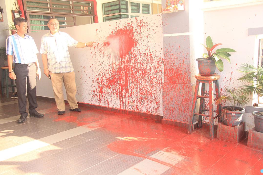 李宝平(左起)前往了解郑光壹住家被遭泼漆的情况。