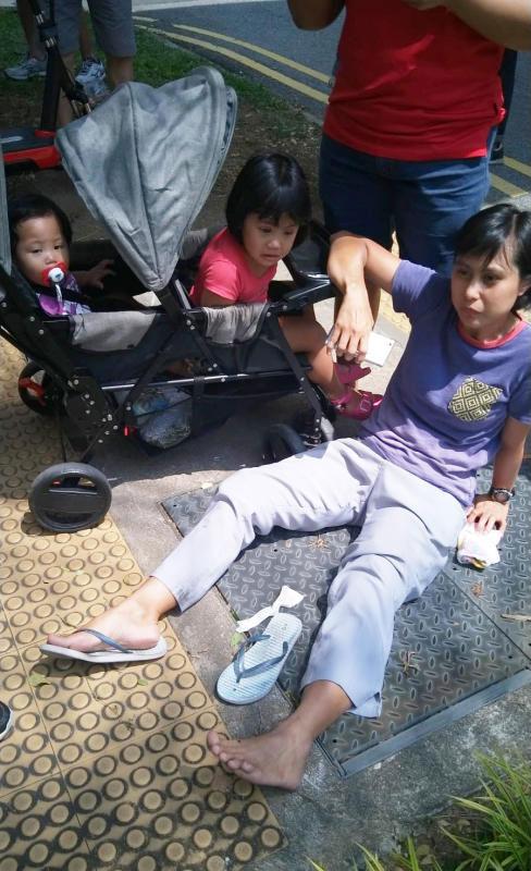 车祸发生后努尔丽莎当场倒地,两幼童也也大受惊吓。(受访者提供)