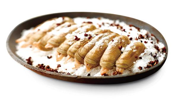 铁板盐焗蛏:总厨推荐主菜,由于食材新鲜,不需要过多调味,食材本身的鲜美,撒上盐及花胶,更能突显出蛏子的甘甜肥美。趁着烫手,剥开蛏壳,一口下去,汁水并发在口中,保证原汁原味,一个接一个让人好不过瘾。