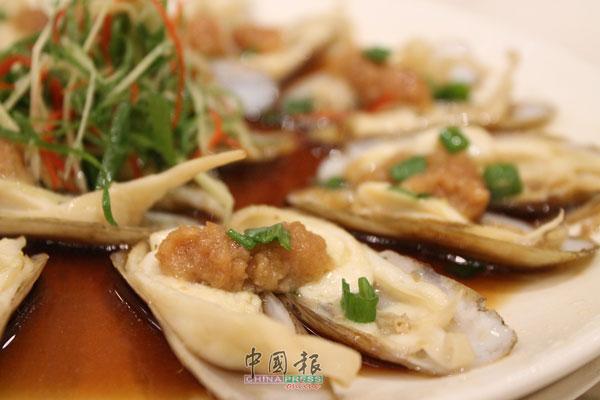 蒜蓉蒸蛏:效仿蒸烤生蚝的吃法,将蒜蓉均匀地撒在每一片蛏肉上,让每一口a肥嫩的蛏子都带着满满的蒜香。