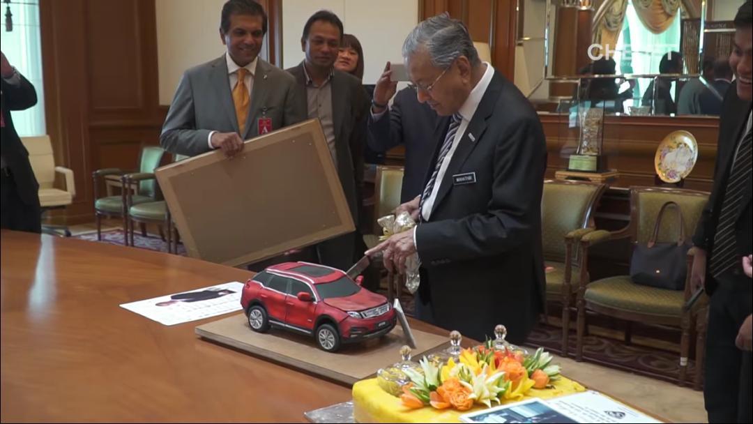 马哈迪切下宝腾送上的X70休旅车模型蛋糕。