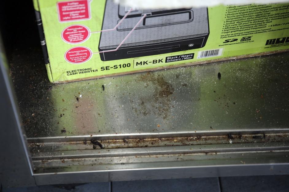 铁柜里到处是老鼠屎,非常不卫生。