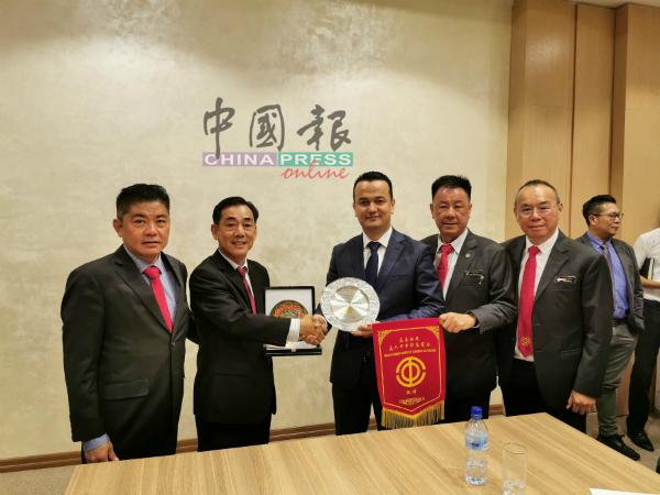 姚玉辉(左2)移交纪念品予拉兹斯(左3)。左起为吴长铸、房德泰、陈传松。