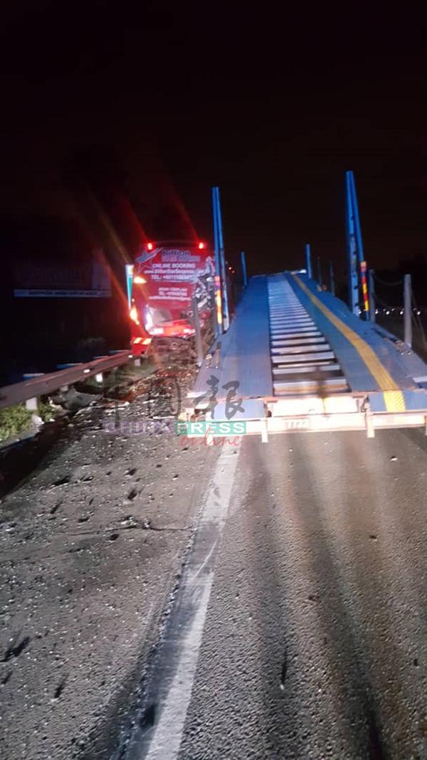 拖格罗里在行驶途中突然失控,猛撞一辆因故障停泊在紧急车道的巴士。