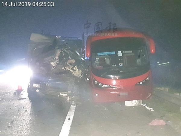 拖格罗里车头被撞毁,司机也因此夹困车内。