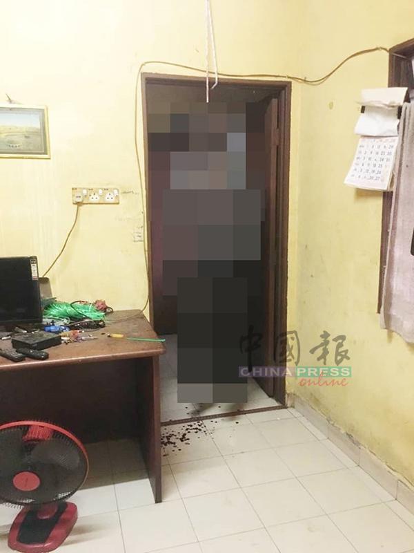 男死者发现时,吊在房间门口 ,非常骇人。