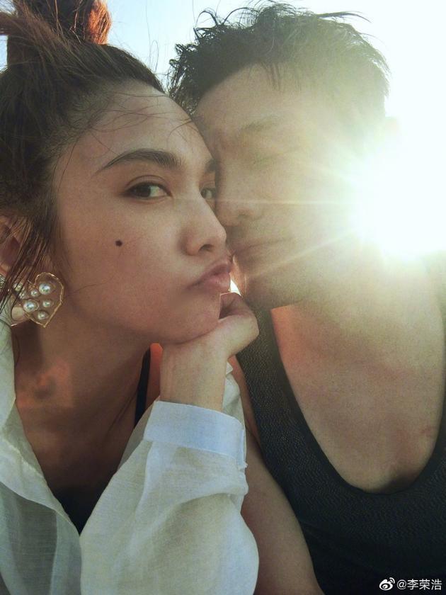 李榮浩閉著眼睛緊緊挨著女友的臉,楊丞琳扎著丸子頭清純可愛,嘟嘴獻吻男友。