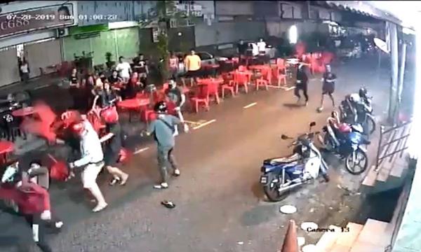 受害者与恶徒扭打倒地,再被多人围殴。