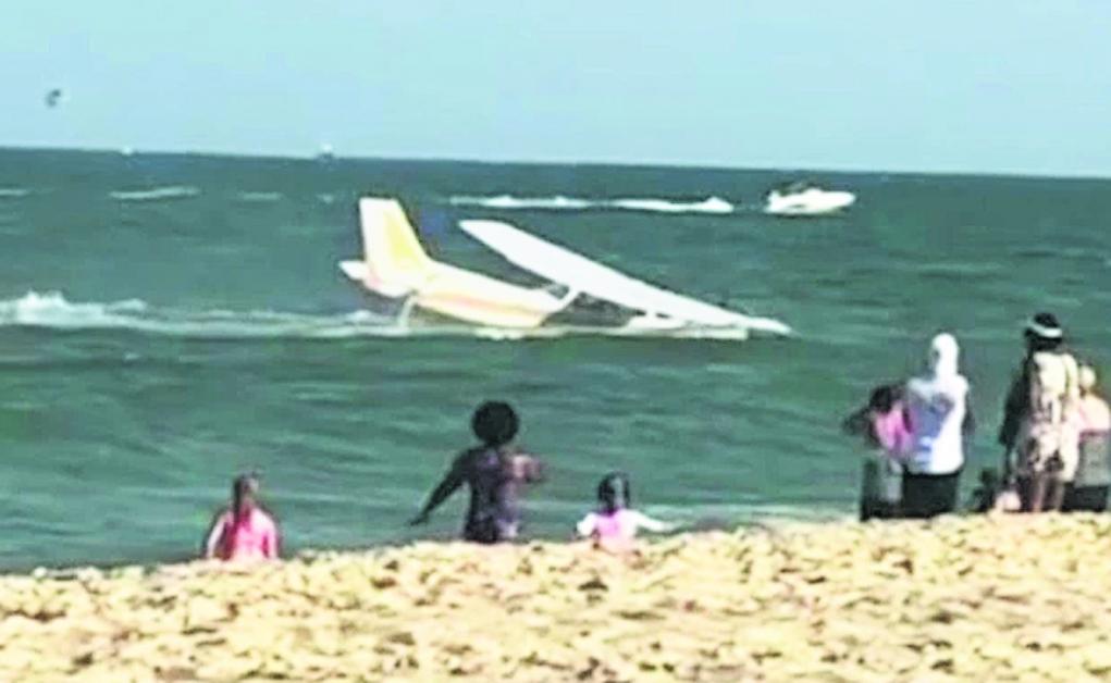 海滩游客险被飞机撞倒。