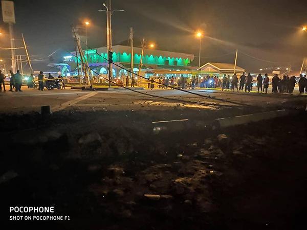 現場路段布滿泥沙,警方封鎖現場調查和進行清理工作。