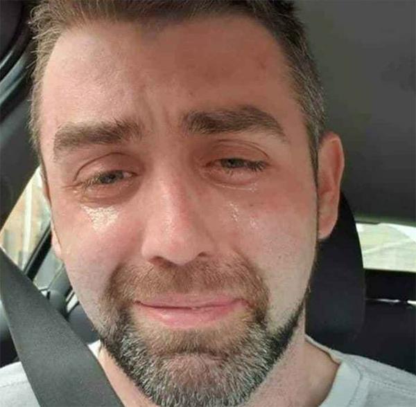 菲利普坐在车里,把自己绝望哭泣的照片上传到了媒体。