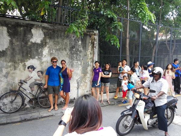 """游客到""""姐弟共骑""""壁画拍照打卡。"""