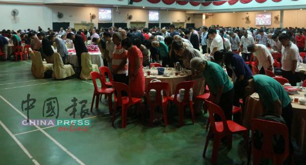 来宾们鞠躬,对已故沈老在华文教育等的贡献表达感谢。
