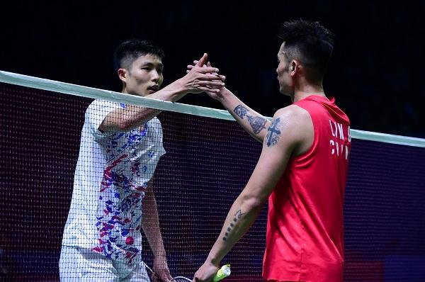 周天成(左)赛后与林丹握手。(新华社)