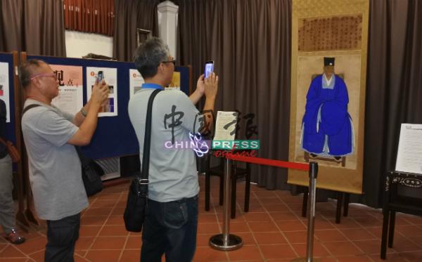 《甲必丹李为经画像暨赞言》经修复后,仅展示两天。