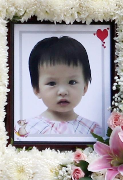 遭全身镜压至重伤不治的女童名叫赖佳馨,来自厦门。