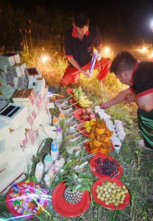 信徒摆设食物、水果、糖果和奶瓶,拜祭孤魂野鬼和灵婴。