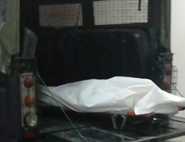 死者遗体被抬上黑车。