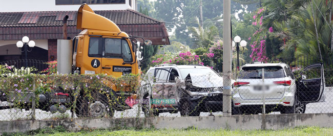匪徒干案后,现场留下一辆罗里及2辆被撞击的休旅车。